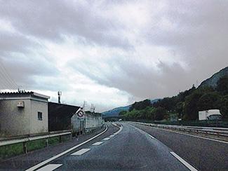 高速道路や自動車専用道路 高速道路や自動車専用道路 (6)安全不確認ドア開放等 ドアを開けて乗り